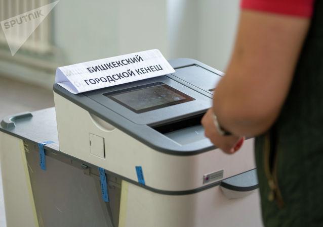 Электронная урна для голосования в Бишкекский городской кенеш на участке №1219 в Бишкеке во время выборов в местные кенеши и референдум по проекту новой Конституции.