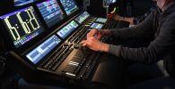 Радиоведущий на рабочем месте. Архивное фото