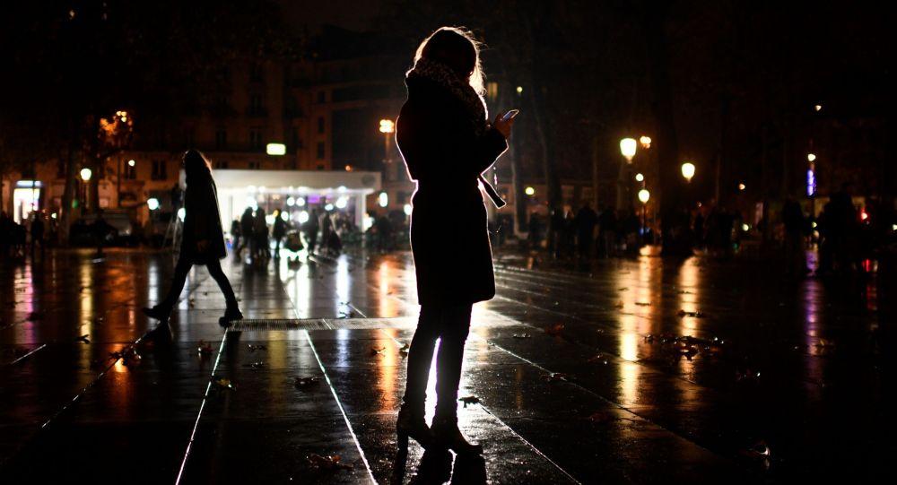 Женщина смотрит на свой смартфон. Архивное фото