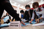 Сотрудники ЦИК во время подсчета голосов на избирательном участке в Бишкеке