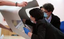 Сотрудники избирательной комиссии во время подсчета голосов в Бишкеке. Архивное фото