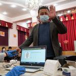 Мужчина голосует на одном из избирательных участков в Бишкеке во время выборов в местные кенеши и референдум по проекту новой Конституции.
