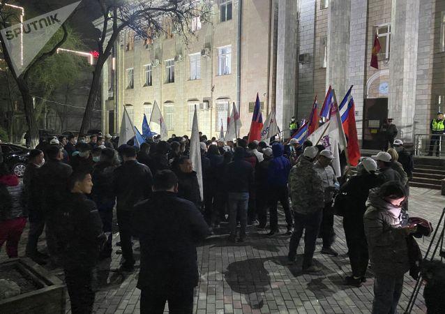 Митинг у здания ЦИК сторонников партий недовольных результатами выборов в Бишкеке