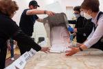 Бишкекте добуштарды эсептөө учурунда шайлоо комиссиясынын кызматкерлери