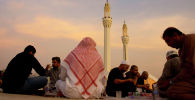 Сауд Аравиясында орозо айында оор ачып жаткан адамдар. Архив