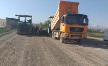 С потеплением возобновились работы по укладке асфальта на участке Джалал-Абад — Маданият автодороги Бишкек — Ош