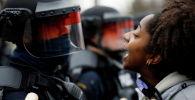 Кыз полиция кызматкерлердин жанында массалык каршылыктар учурунда