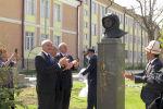 В столице появится школа имени Юрия Гагарина. На территории учебного заведения установили бюст, также планируют поставить памятник первого в мире космонавта.