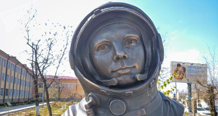 Скульптура первого космонавта Юрия Гагарина появилась на территории школы №25, находящейся на улице Гагарина в Бишкеке