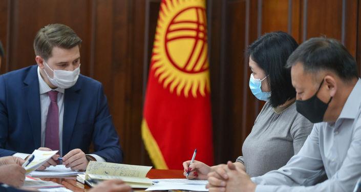 Первый вице-премьер-министр КР Артем Новиков на совещании по вопросу насилия в отношении женщин и детей. 12 апреля 2021 года