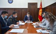 Первый вице-премьер-министр КР Артем Новиков на совещании по вопросу насилия в отношении женщин и детей