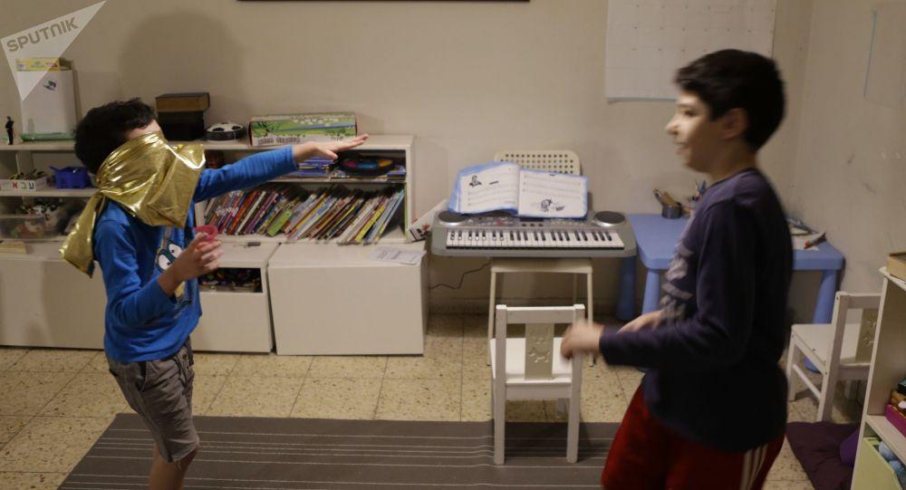 Дети играют в игры дома. Архивное фото