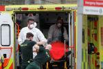 Медицинские работники доставляют пациента в больницу в Лондоне. Архивное фото