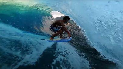 Под динамичную музыку можно увидеть красочные кадры, как ловко серфингисты скользят по гребням океанских волн.