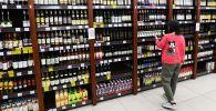 Покупательница в винно-водочном магазине. Архивное фото