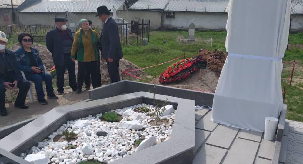 Кыргыз эл артисти, композитор Калыйбек Тагаевдин мүрзөсүнө эстелик коюлду
