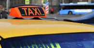 Световой короб на крыше автомобиля такси. Архивное фото