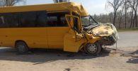 Последствия ДТП с участием микроавтобуса Mercedes-Benz и грузовой машины ЗИЛ-130