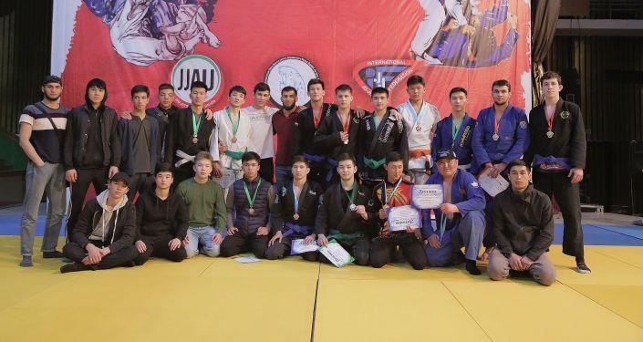 Спортсмены во время схватки во дворце спорта имени Кожомкула на чемпионате Кыргызстана по джиу-джитсу