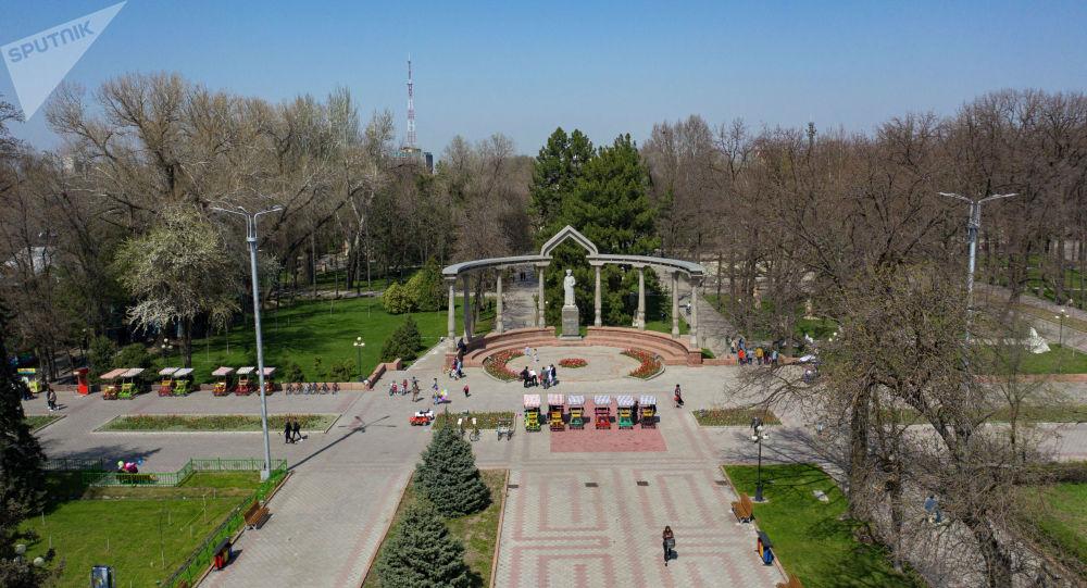 Бишкектеги Курманжан Датка эстелиги. Архивдик сүрөт