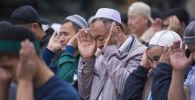 Мусульмане на праздничном намазе на Старой площади Бишкека по окончанию священного месяца Рамазан. Архивное фото