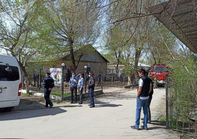 Сотрудники милиции на месте айыл окмоту в селе Пригородное, где группа женщин захватила здание