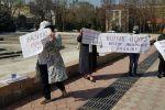 Группа граждан митингует в центре Бишкека против легализации казино на территории Иссык-Кульской области. 15 апреля 2021 года