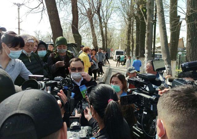 Чиновник дает комментарий возле захваченного женщинами здания айыл окмоту в селе Пригородное. 15 апреля 2021 года