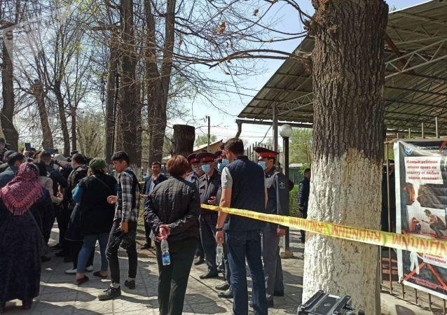 Люди и сотрудники милиции возле захваченного женщинами здания айыл окмоту в селе Пригородное. 15 апреля 2021 года