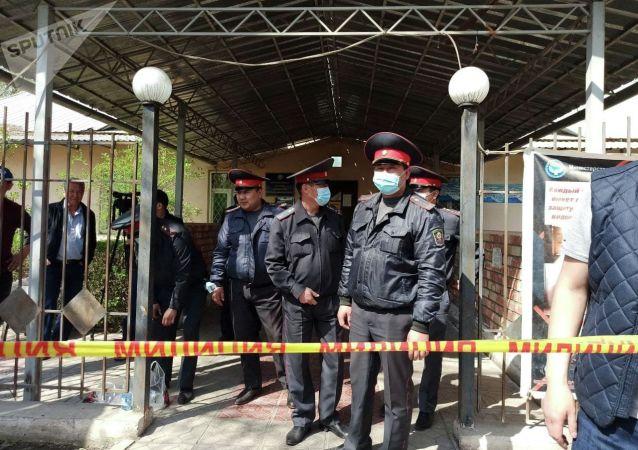 Сотрудники милиции возле захваченного женщинами здания айыл окмоту в селе Пригородное. 15 апреля 2021 года