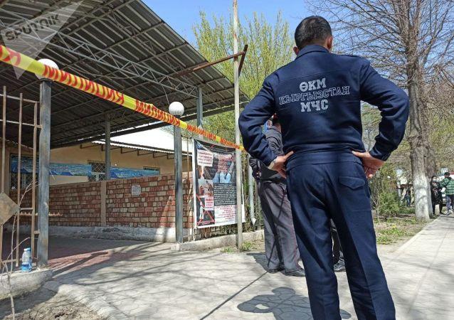 Сотрудник МЧС возле захваченного женщинами здания айыл окмоту в селе Пригородное. 15 апреля 2021 года