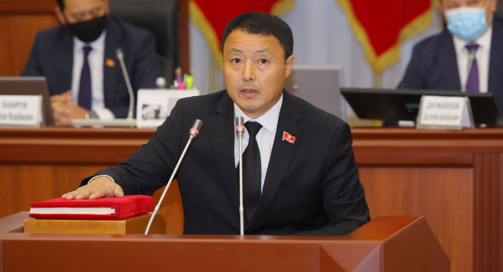 Депутат ЖК Улугбек Садиков во время принесения присяги