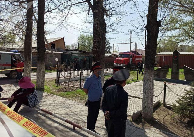 Ситуация около айыл окмоту села Пригородное, где женщины захватили здание. 15 апреля 2021 года