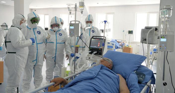 Президент Кыргызстана Садыр Жапаров посетил красную зону в Республиканской клинической инфекционной больнице в Бишкеке. 15 апреля 2021 года