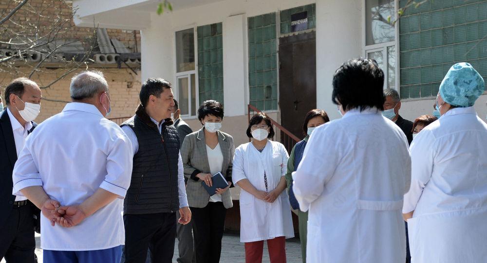 Кыргызстандын президенти Садыр Жапаров дарыгерлер менен жолугушуу учурунда