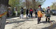 Сотрудник милиции около айыл окмоту села Пригородное, где женщины захватили здание. 15 апреля 2021 года