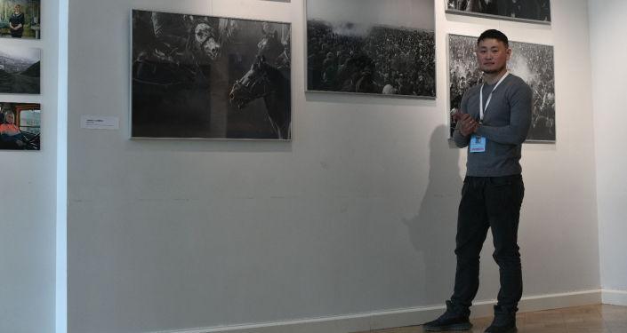 В Санкт-Петербурге открылась Международная выставка Я здесь живу, на которой выставлены работы в частности и фотографа Международного информационного агентства и радио Sputnik Кыргызстан Табылды Кадырбекова
