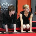 Дэниел Рэдклифф, Руперт Гринт и Эмма Уотсон оставляют отпечатки рук на голливудской Аллее славы у Китайского театра TCL в Голливуде. 09 июля 2007 года