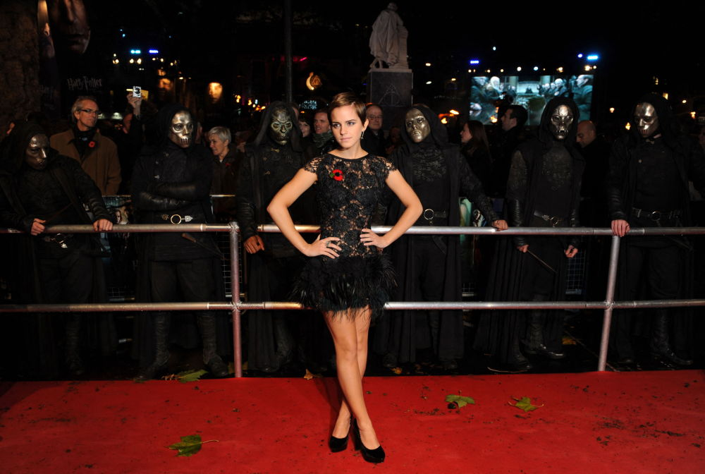Актриса Эмма Уотсон позирует на мировой премьере фильма Гарри Поттер и Дары смерти: Часть первая в центре Лондона. 11 ноября 2010 года