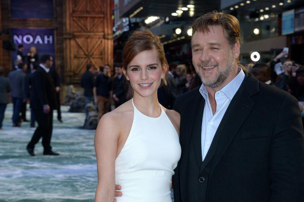 Британская актриса Эмма Уотсон и австралийский актер Рассел Кроу позируют фотографам на британскую премьере фильма Ной в Лондоне. 31 марта 2014 года