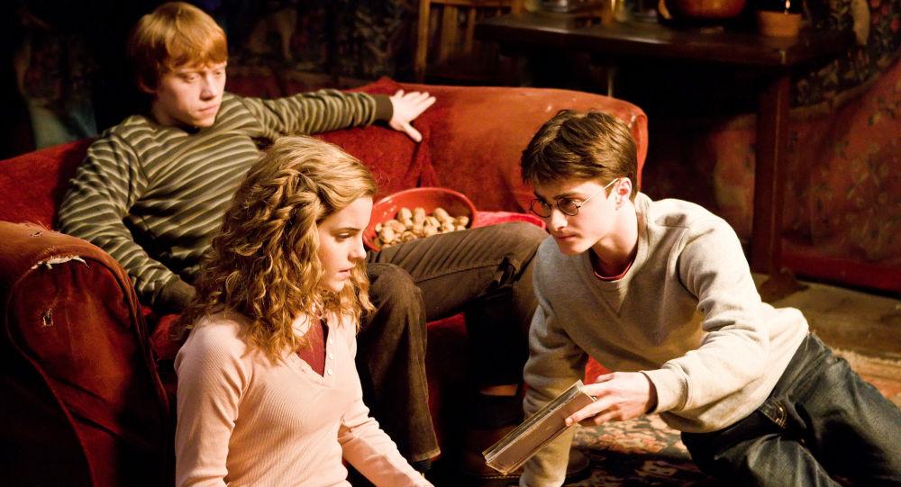 Эмма Уотсон (Гермиона Грэинджер), Дэниел Редклифф (Гарри Поттер) и Руперт Гринт (Рон Уизли) в сцене из фильма режиссера Дэвида Йетса Гарри Поттер и Принц-полукровка
