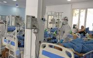 Медицинский работник в палате с пациентами с коронавирусной инфекцией в Республиканской клинической инфекционной больнице в Бишкеке