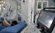 Медицинский работник в палате с пациентами с коронавирусной инфекцией в Республиканской клинической инфекционной больнице в Бишкеке. Архивное фото