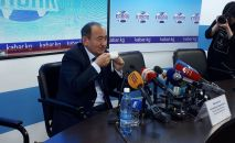 Министр здравоохранения Алымкадыр Бейшеналиев пьет настойку иссык-кульского корня во время пресс-конференции