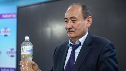 Министр здравоохранения Алымкадыр Бейшеналиев показывает бутылку настойки иссык-кульского корня (ядовитое растение) . Архивное фото