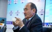 Министр здравоохранения Алымкадыр Бейшеналиев пьет настойку иссык-кульского корня (ядовитое растение)