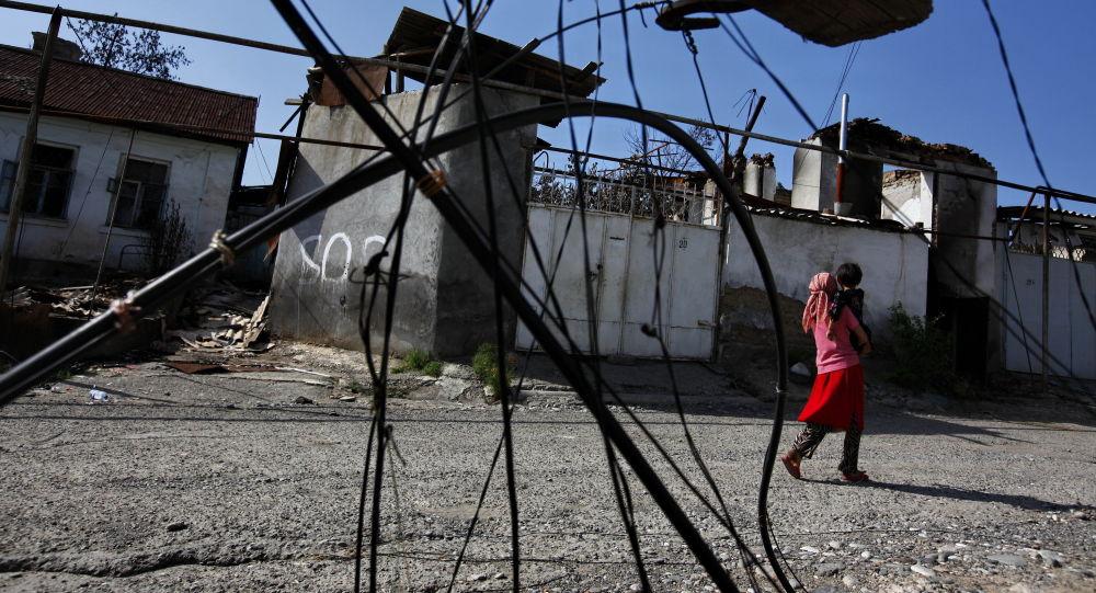 Узбекские беженцы возвращаются в свои дома, разрушенные в ходе беспорядков в городе Ош. Архивное фото