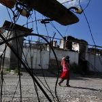 Шарк айылынын жашоочулары бузулган гараждын жанында, 16-июнь, 2010