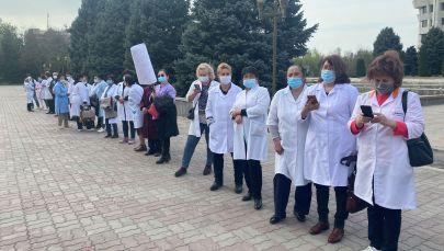 Митинг медицинских работников у здания Жогорку Кенеша в Бишкеке. 16 апреля 2021 года