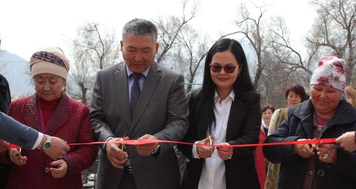 Перерезание ленты на открытии нового центра обслуживания населения в формате open space в Ак-Сууйской районе. 16 апреля 2021 года
